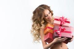 Портрет вскользь молодой счастливой усмехаясь коробки подарков владением женщины стоковая фотография rf
