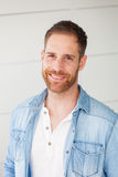 Портрет вскользь парня с рубашкой джинсовой ткани Стоковое Фото