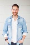 Портрет вскользь парня с рубашкой джинсовой ткани Стоковое фото RF