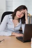Портрет вымотанного работника офиса на столе Стоковое Изображение