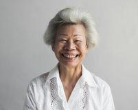 Портрет выражения стороны пожилой азиатской женщины усмехаясь стоковые изображения