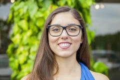Портрет выразительной красивой девушки outdoors стоковое фото