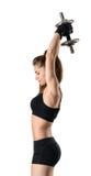 Портрет выреза атлетической женщины делая тренировки на руке muscles - трицепс Стоковые Фотографии RF