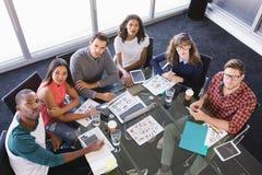 Портрет высокого угла бизнесменов сидя на столе Стоковое Изображение RF