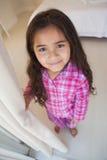 Портрет высокого угла усмехаясь девушки в спальне Стоковое Фото