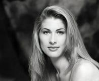 Портрет, выстрел в голову, сторона детенышей, сексуальной красивой женщины блондинкы длиной, чуть-чуть нагого плеча стоковые фотографии rf