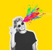 Портрет выстрела в голову коллажа стиля кассеты скалистого эмоционального разума дуновения женщины с жестом оружия пальца, взрыво Стоковая Фотография