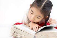 Портрет выстрела в голову счастливой милой девушки читая книгу стоковые фото