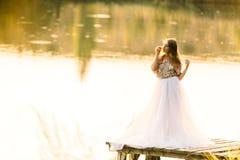Портрет в платье на заходе солнца около озера Стоковые Изображения RF