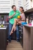 Портрет влюбчивых пар с едой в кухне Стоковые Фото