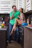 Портрет влюбчивых пар с едой в кухне Стоковая Фотография RF