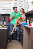 Портрет влюбчивых пар с едой в кухне Стоковые Изображения