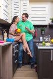 Портрет влюбчивых пар с едой в кухне Стоковое Фото
