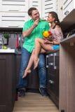 Портрет влюбчивых пар с едой в кухне Стоковое Изображение