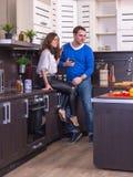 Портрет влюбчивых пар с яблоком в кухне Стоковые Изображения RF