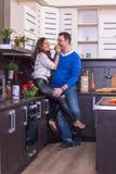 Портрет влюбчивых пар с яблоком Стоковая Фотография