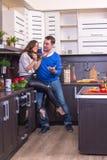 Портрет влюбчивых пар с яблоком Стоковое фото RF