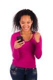 Портрет говорить маленькой девочки африканский на телефоне стоковое изображение