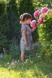 Портрет годовалой девушки 3 играя в саде Стоковое Изображение