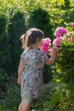 Портрет годовалой девушки 3 играя в саде Стоковые Фото