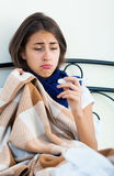 Портрет горемычной девушки с гриппом дома Стоковая Фотография
