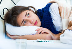 Портрет горемычной девушки с гриппом дома Стоковая Фотография RF