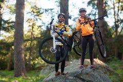 Портрет горного велосипеда нося пар велосипедиста Стоковое Изображение RF