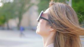 Портрет города прогулки бизнес-леди стильный женский видеоматериал