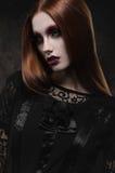 Портрет готической девушки с подбитыми глазами стоковая фотография