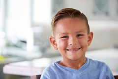 Портрет голов и плечи усмехаясь испанского мальчика дома Стоковая Фотография RF