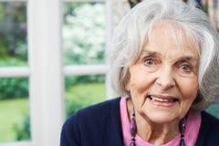 Портрет голов и плечи усмехаясь старшей женщины дома Стоковая Фотография RF