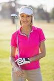 Портрет гольф-клуба нося уверенно зрелой женщины игрока в гольф Стоковое Изображение RF