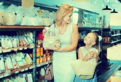 Портрет гроутов женщины и девушки радостно ходя по магазинам стоковая фотография