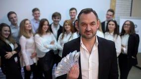 Портрет группы в составе бизнесмены с боссом которые стоят совместно бизнесмен 4 k счастливый развевая вентилятор  сток-видео
