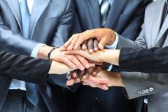 Портрет группы в составе бизнесмены с руками совместно Стоковая Фотография