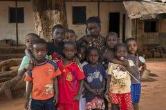 Портрет группы в составе дети перед домом в в городке Nhacra Стоковое фото RF