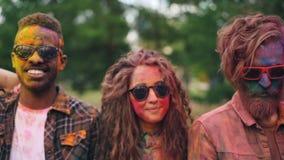 Портрет группы привлекательных людей multiracial при красочные стороны, волосы и одежда стоя outdoors, смотрящ акции видеоматериалы