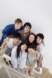 Портрет группы друзей на лестнице Стоковая Фотография RF