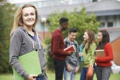 Портрет группы студентов вне здания коллежа Стоковое Изображение
