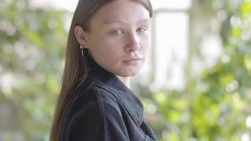 Портрет грустной предназначенной для подростков девушки поворачивает ее голову и смотреть в конце камеры вверх Молодая женщина бе сток-видео