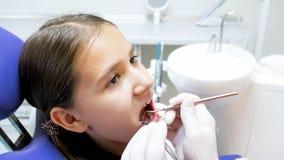 Портрет дантиста девочка-подростка брюнет посещая в клинике стоковая фотография