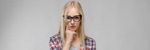 Портрет девочка-подростка в модных одеждах стоковая фотография