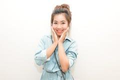Портрет девушки Азии милой усмехаясь и представляя Стоковое фото RF