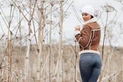 Портрет девушки брюнета в поле стоковое фото rf