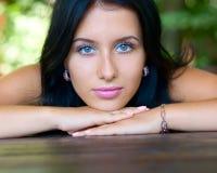 портрет девушки брюнет довольно Стоковые Изображения RF