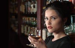 Портрет девушки брюнет с стеклом Стоковые Фото