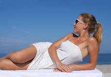 Портрет девушки в белом коротком платье стоковое изображение