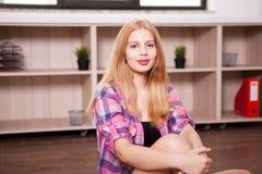 Портрет девушки в живущей комнате Стоковое Изображение RF