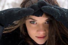 Портрет девушки в зиме. Стоковое Изображение RF