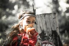 Портрет девушки в костюме американского индейца Стоковые Изображения RF